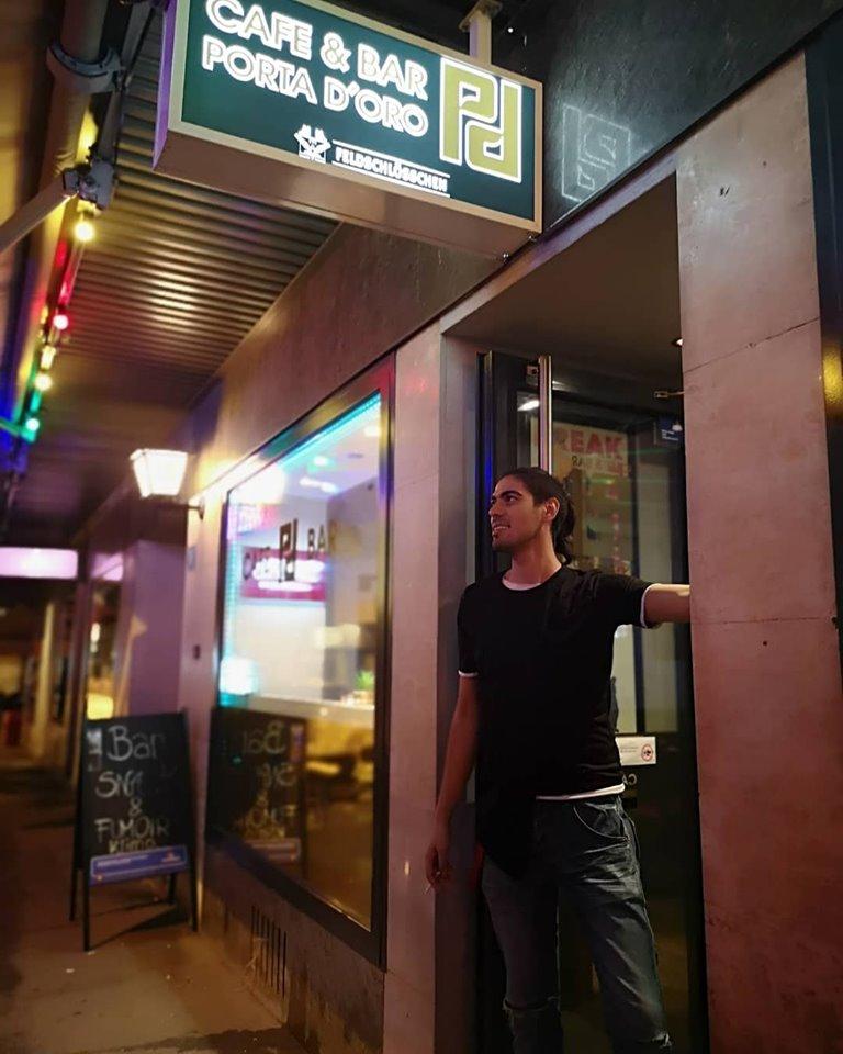 Porta d'Oro Cafe Bar Eingang mit Sevkan